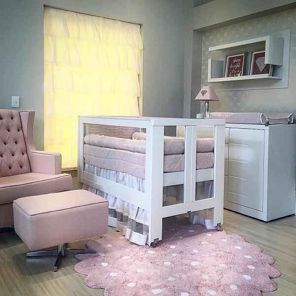 Quarto de bebê com tapete rosa. Fonte: Darliane Carvalho