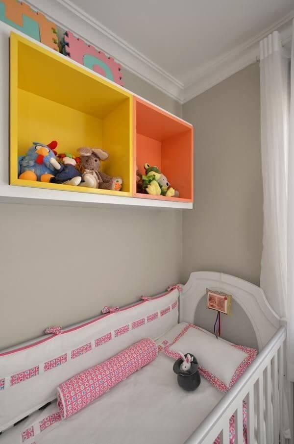 Quarto de bebê com nichos coloridos em tons de amarelo e laranja