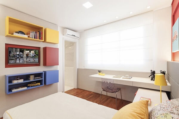 Os nichos coloridos se destacam na decoração clean