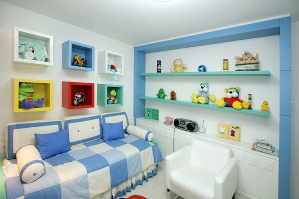 Os nichos coloridos para quarto infantil organizam o cômodo