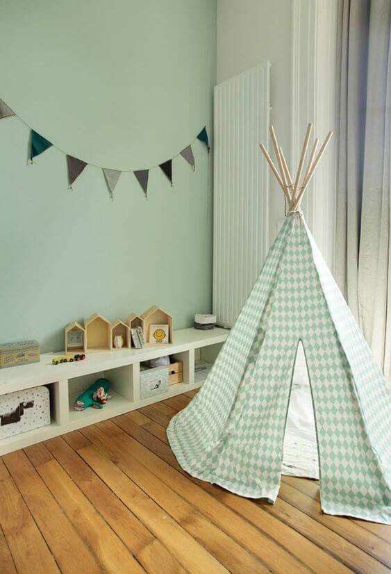 Quarto infantil com parede verde e piso de madeira - Fonte: Pinterest
