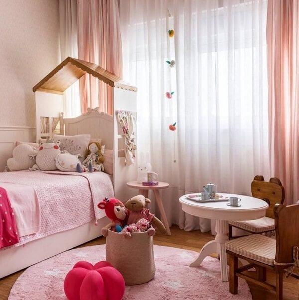 Quarto infantil decorado em tons de rosa. Fonte: Paula Neder Arquitetura