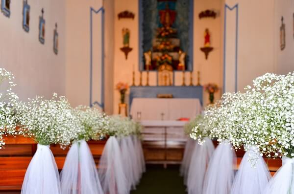 Decoração simples para a entrada da noiva na igreja