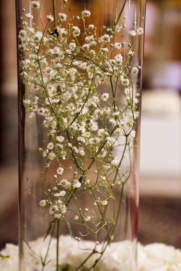 As flores mosquitinho foram colocadas dentro do pote de vidro