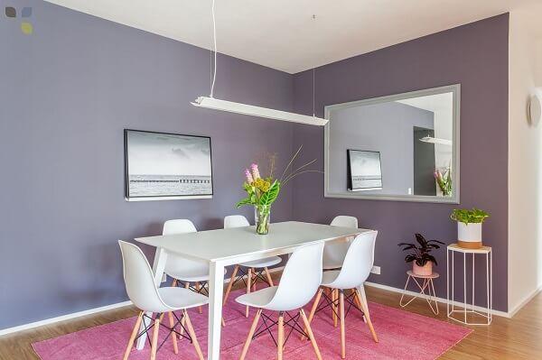 Tapete rosa para sala de jantar com parede lilás