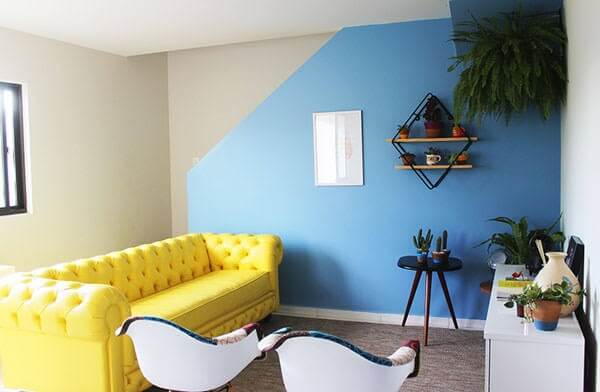 Sala pequena com sofá amarelo chesterfield