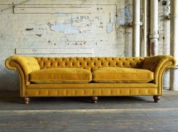 Modelo de sofá amarelo chesterfield