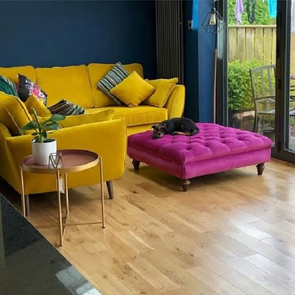 Sala de estar pequena com sofá amarelo de veludo