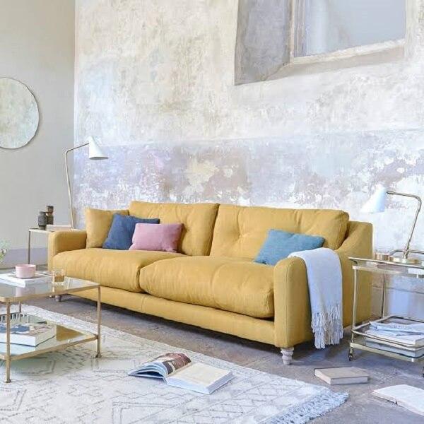 Sofá amarelo suede e almofadas coloridas lisas