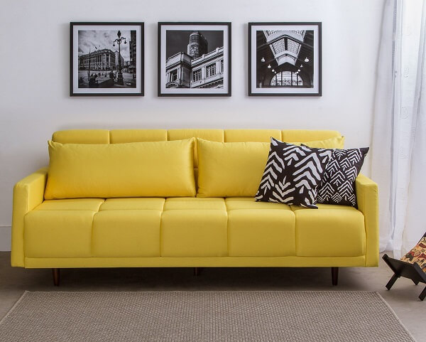 Ambiente minimalista com sofá amarelo e tapete de sisal