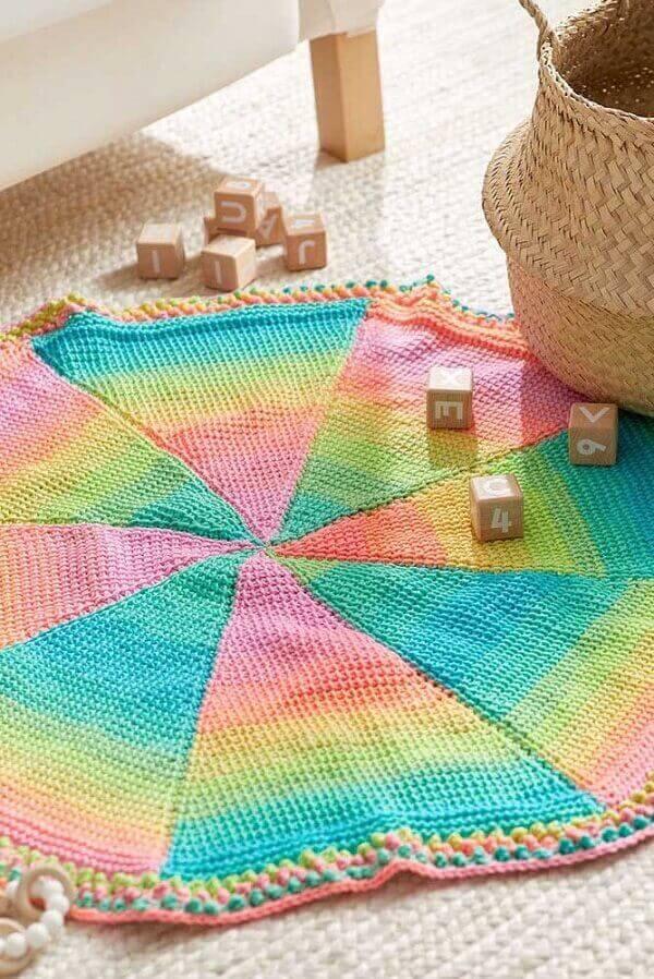 Tapete colorido feito em crochê tunisiano