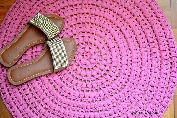 Modelo de tapete rosa de crochê