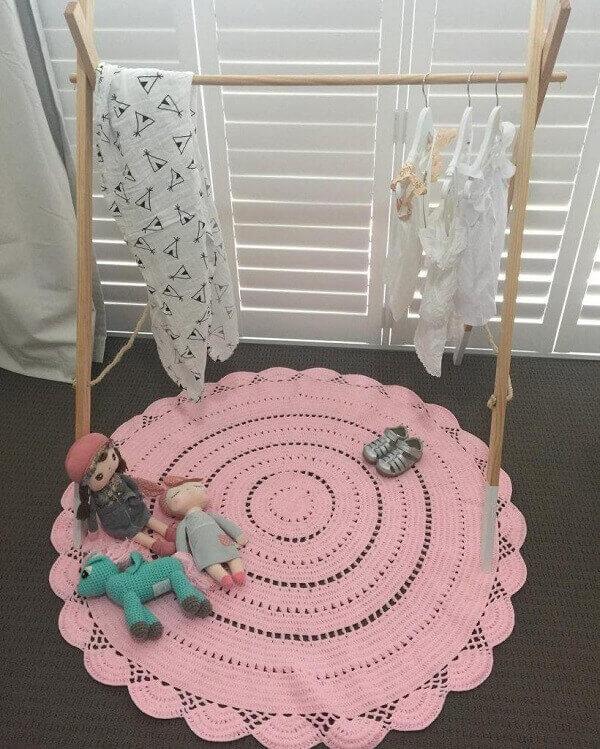 Tapete de crochê rosa feito de barbante em formato redondo