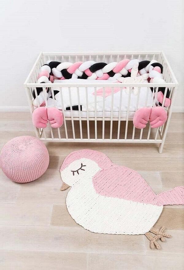 Tapete de crochê rosa para quarto infantil feminino em formato de passarinho. Fonte: Ideias Decoração