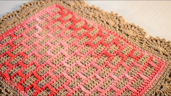Tapete delicado feito em crochê tunisiano