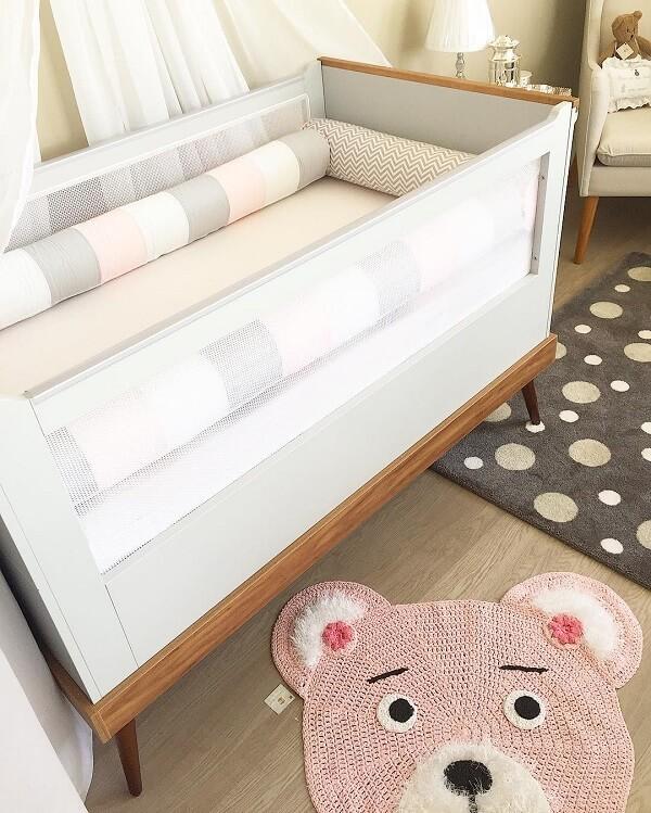 Tapete rosa em formato de urso para quarto de bebê. Fonte: Finesses Baby