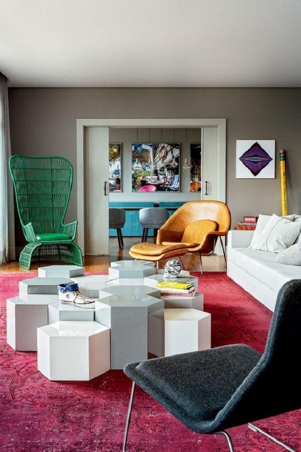 Tapete rosa para sala com parede cinza