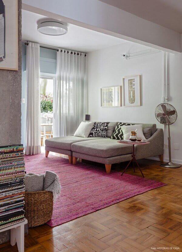 Sala de estar romântica com tapete rosa retangular. Fonte: História de Casa