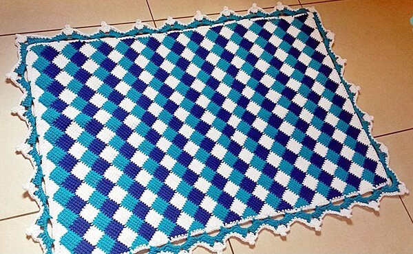 Tapetinho em tons de azul feito com crochê tunisiano