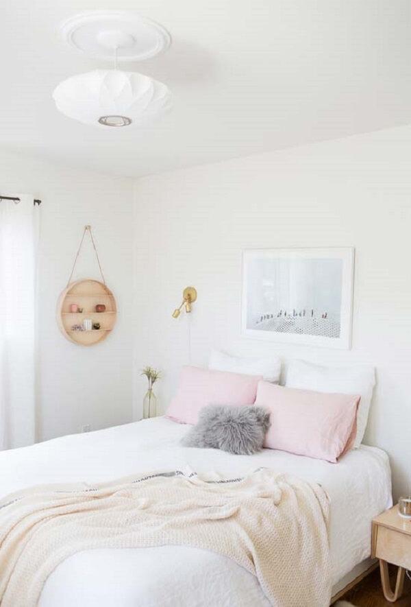 Tons de rosa e cinza invadem o quarto branco. Fonte: Pinterest