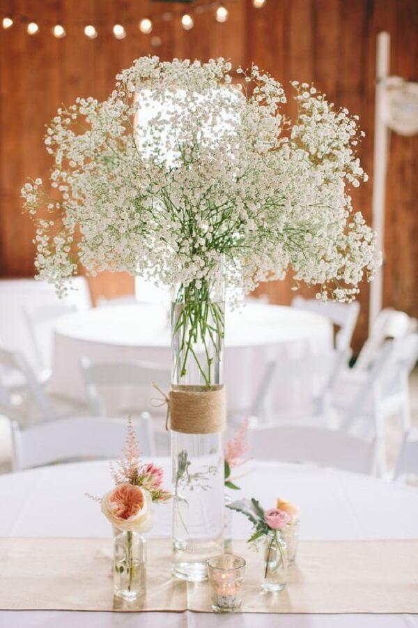 A mesa de convidados pode ser decorada de forma especial com flor mosquitinho