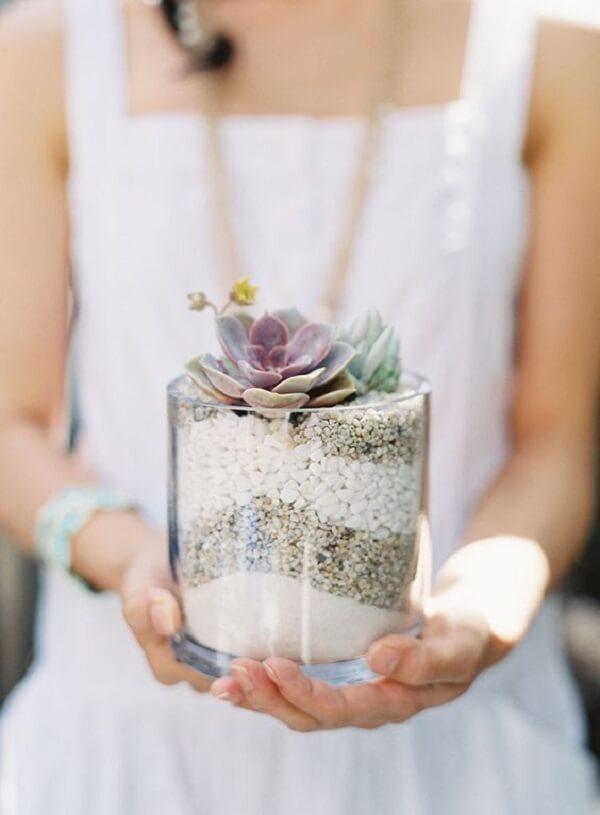 A transparência do vidro permite visualizar as pedras e areias
