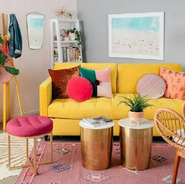Almofadas para sofá amarelo com formatos e desenhos criativos