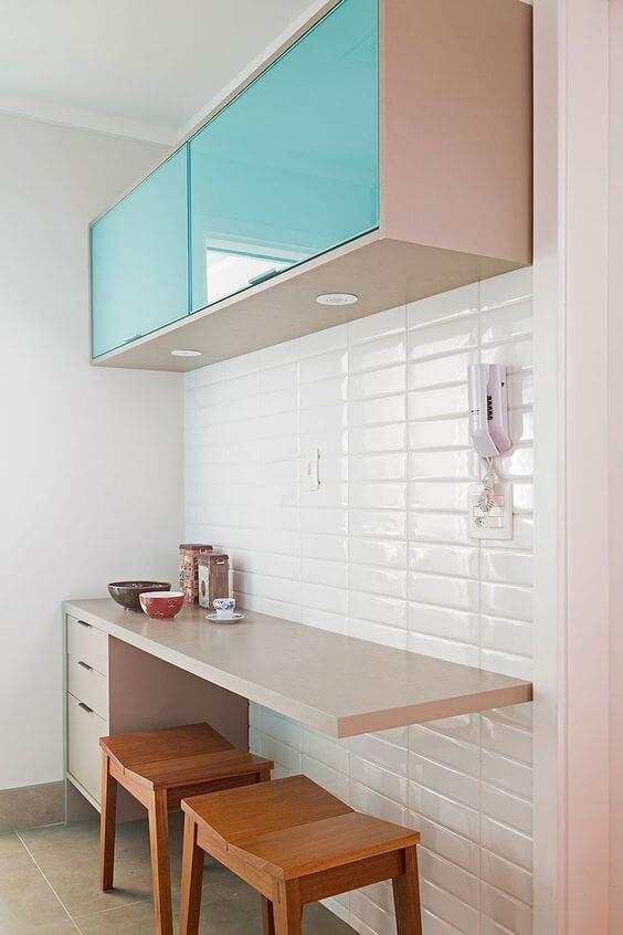 Armário de cozinha aéreo com porta azul
