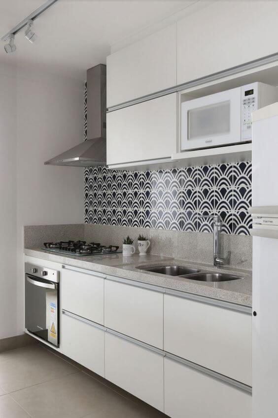 Armário de cozinha branca com revestimento preto e branco