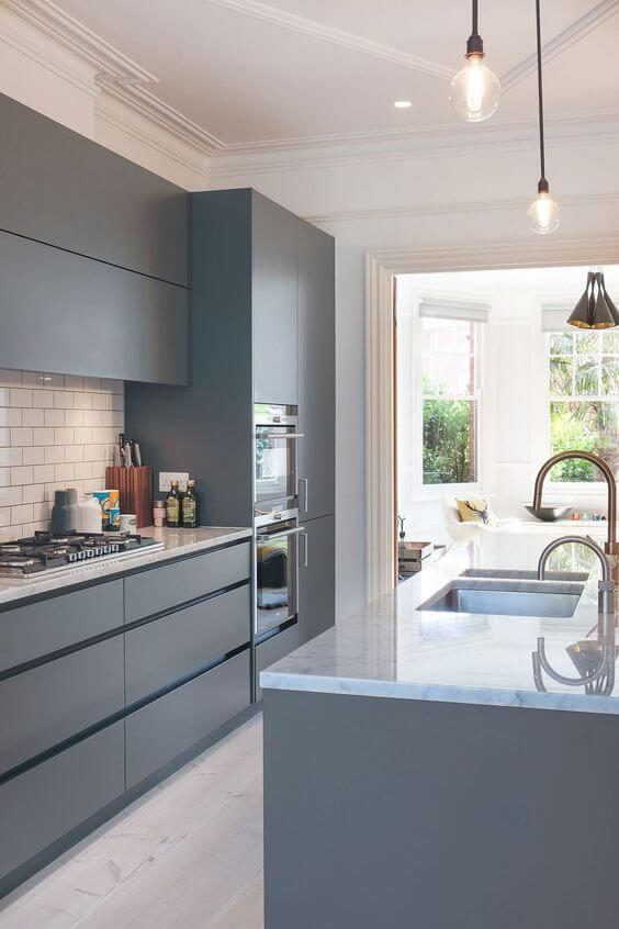 Armário de cozinha cinza e moderno