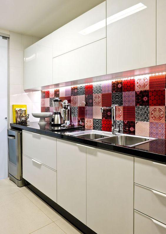 Armário de cozinha com revestimento colorido