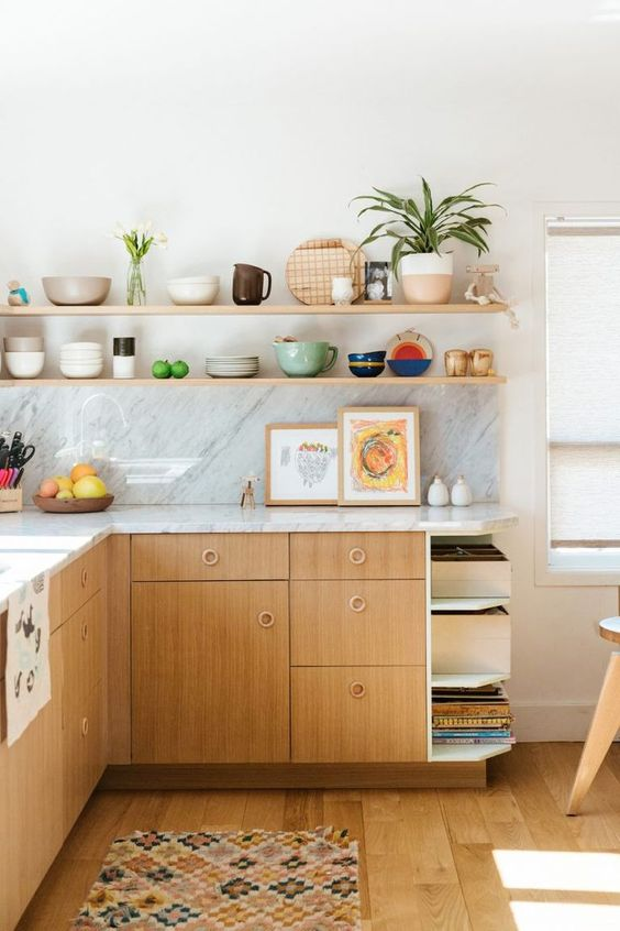 Armário de cozinha de madeira com prateleiras