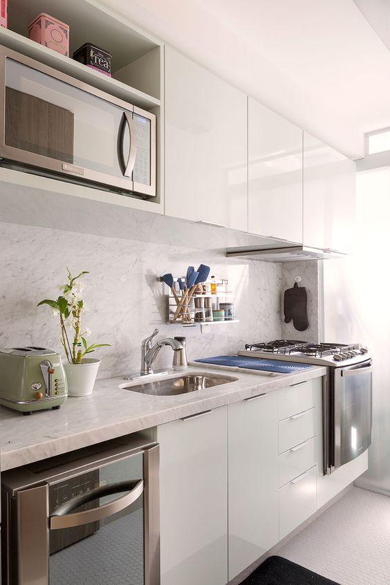 Armário de cozinha branco com eletrodoméstico embutido