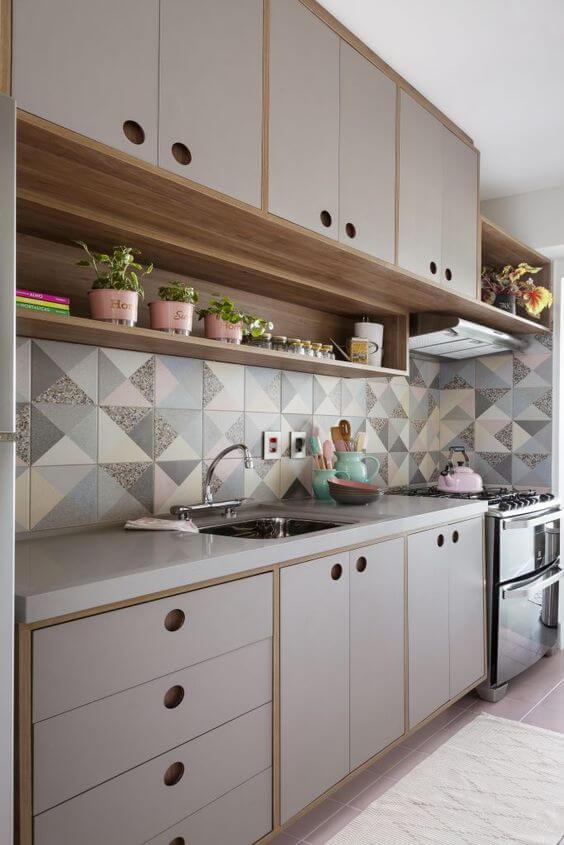 Armário de cozinha neutra com revestimento diferenciado