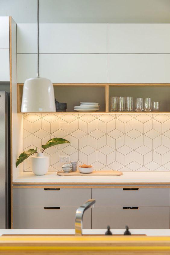 Armário de cozinha pequeno e neutro
