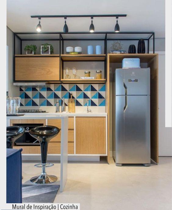 Cozinha de madeira com nichos decorativos