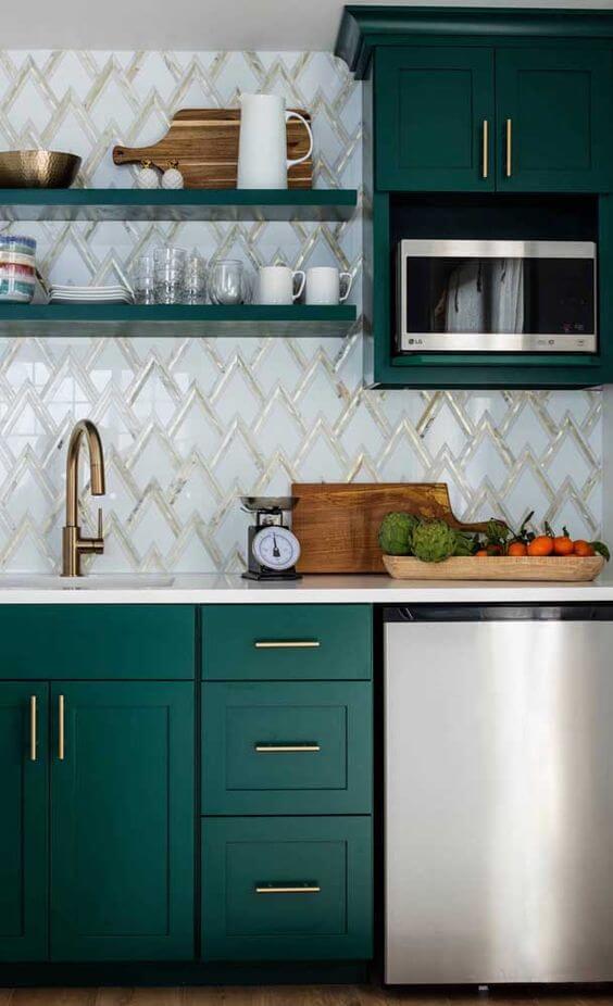 Armário de cozinha planejado e verde