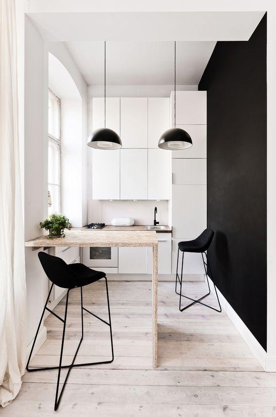 Armário de cozinha branco com parede preto