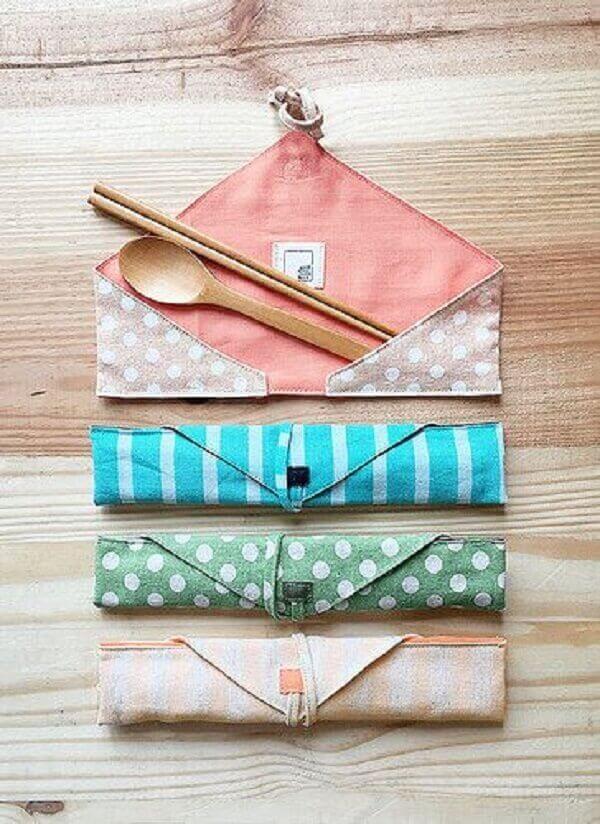 No mercado é possível encontrar diferentes estampas de porta talheres de tecido