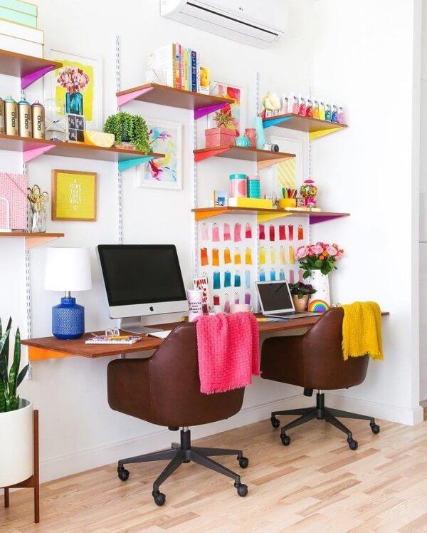 Ambiente colorido com bancada suspensa de madeira