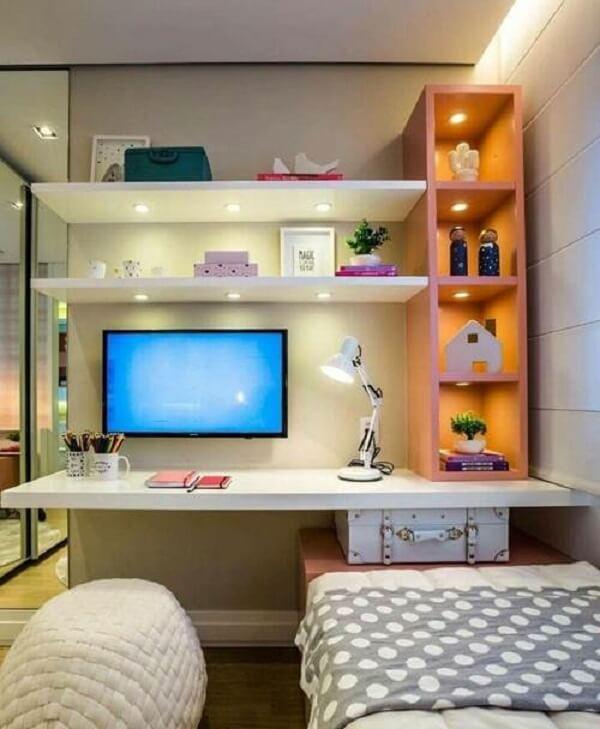 Modelo de bancada suspensa para quarto com TV