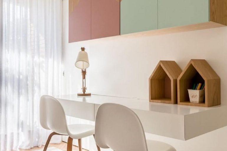 Decoração minimalista com bancada suspensa branca
