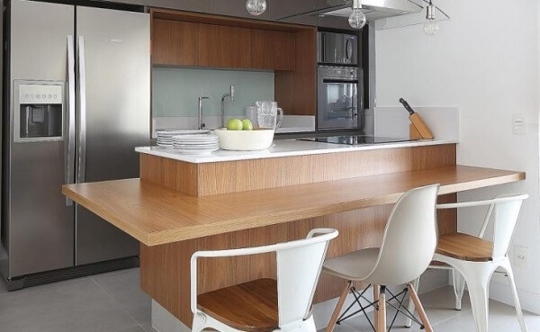 Modelo de bancada suspensa cozinha feita de madeira