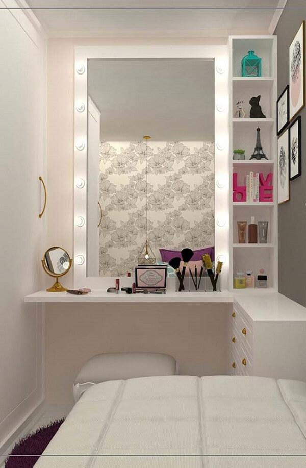 Bancada suspensa com espelho e luzes seguindo o conceito camarim