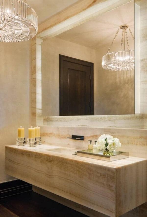 A bandeja espelhada complementa a decoração do banheiro