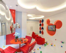 Brinquedoteca colorida com tema do Mickey
