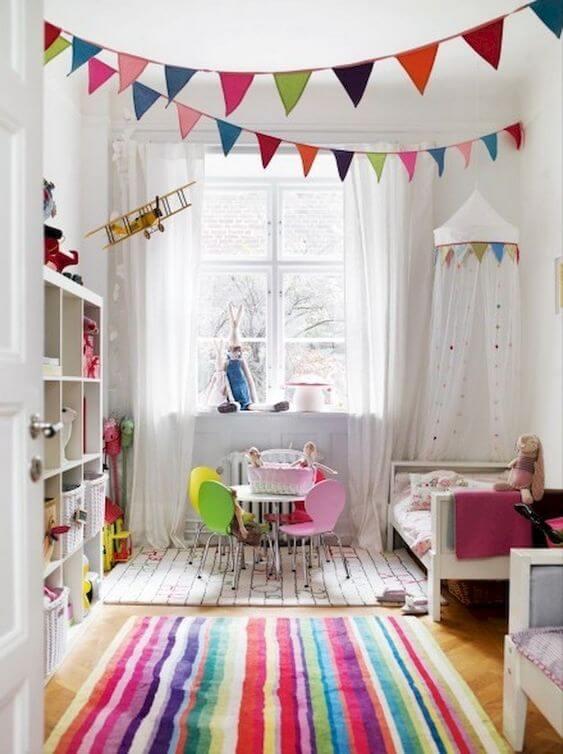 Brinquedoteca colorida no quarto infantil