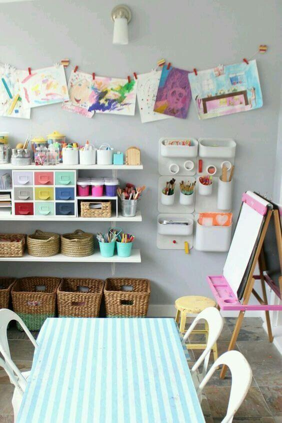 Brinquedoteca colorida com itens para pintura