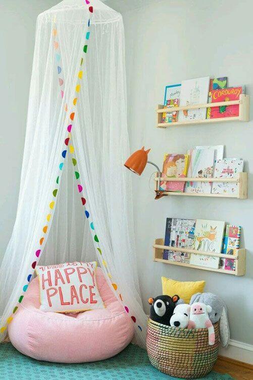 Brinquedoteca com livros no ambiente