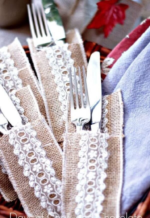 O porta talher de tecido é muito utilizado em festa de casamento com estilo rústico